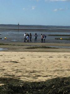 Eine Gruppe SchülerInnen am Strand